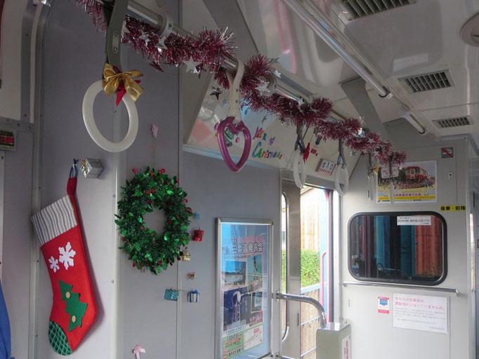 クリスマス列車のハートつり革