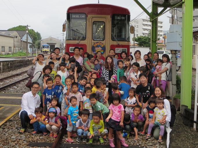 たなばた列車を飾った園児たち