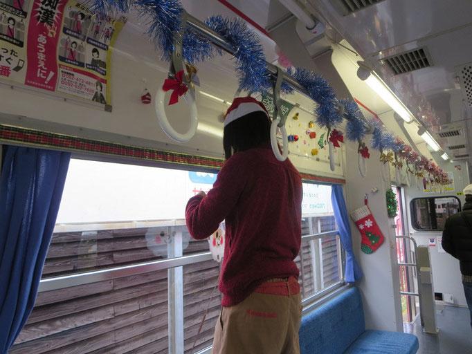 クリスマス列車の車内装飾の様子
