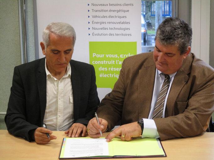 Jean-Luc Alluard directeur térritorial ERDF en Mayenne, et, Moussa Haddad, Président de l'association Etincelle53