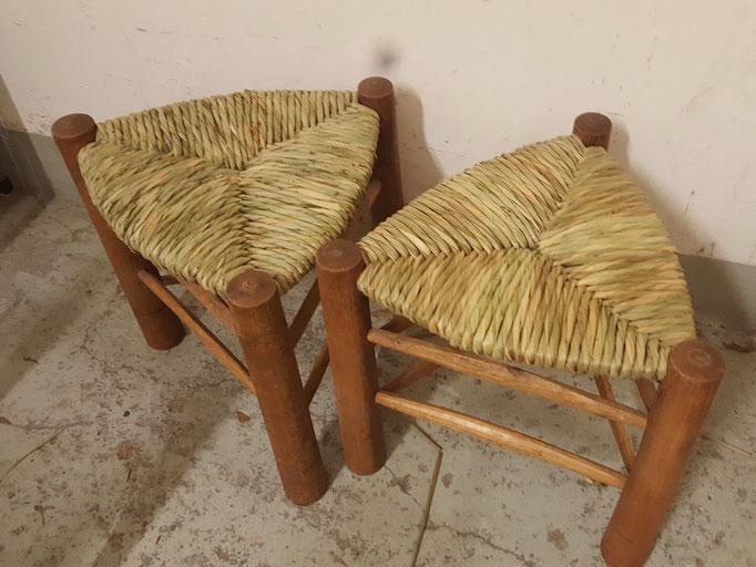Fertige Stühle mit Binsen geflochten