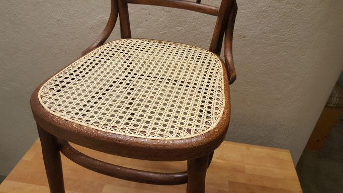 Neues Geflecht auf Stuhl