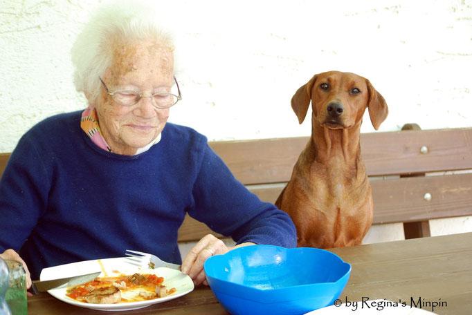 Wir haben natürlich gleich das Wetter genutzt und im Garten gespeist. Oma genießt mit Happy.