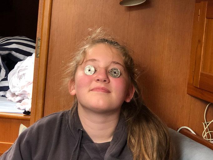 Chiara mit 2 Øre Stücken als Brille