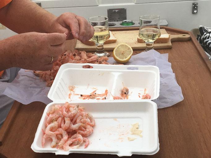 Kurz nach Küchenschließung in der Tunø røgeri. Selv pil rejer an Bord genossen