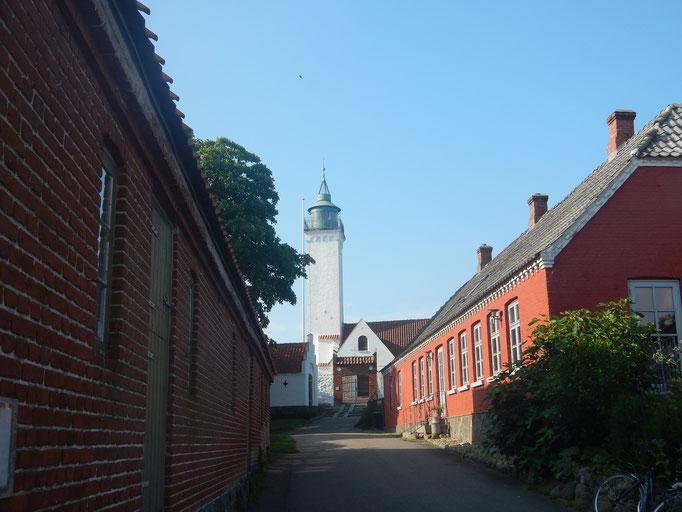 Leuchtturm und Kirche in einem auf Tunø
