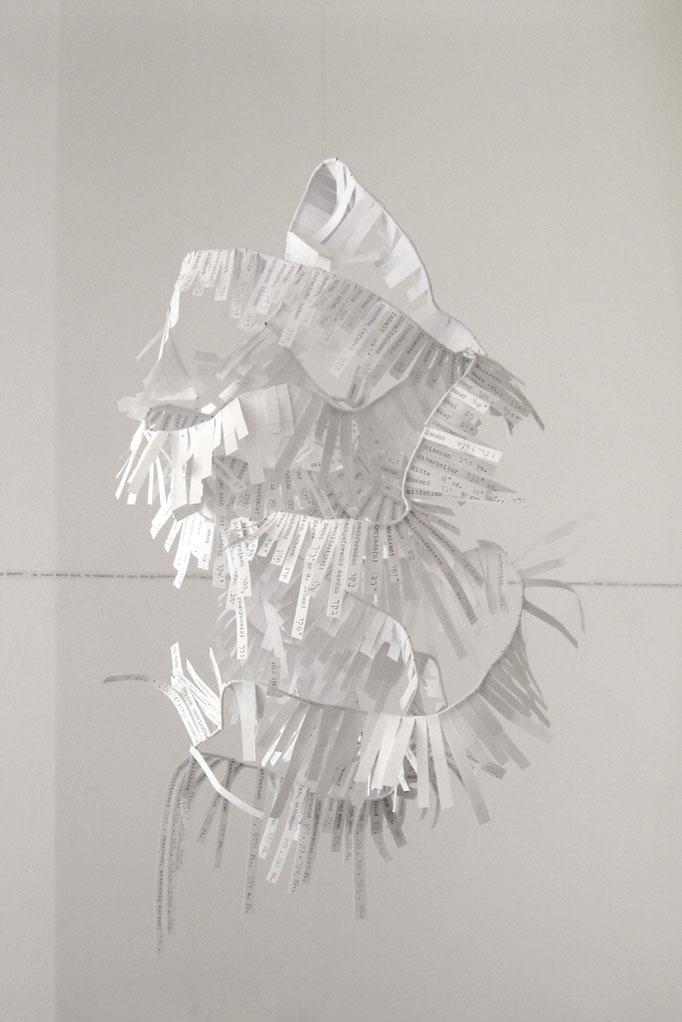 """Alphabetisierung"", 2017, Draht, Papierstreifen, 50cmx30cmx30cm"