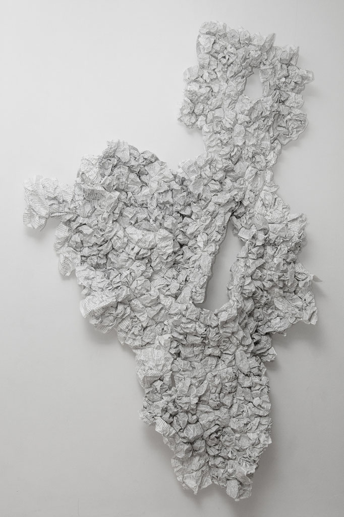 """Entwurf"", 2017, 215cmx100cmx10cm, Papier geknäult, Fotografin Stefanie Kohr"