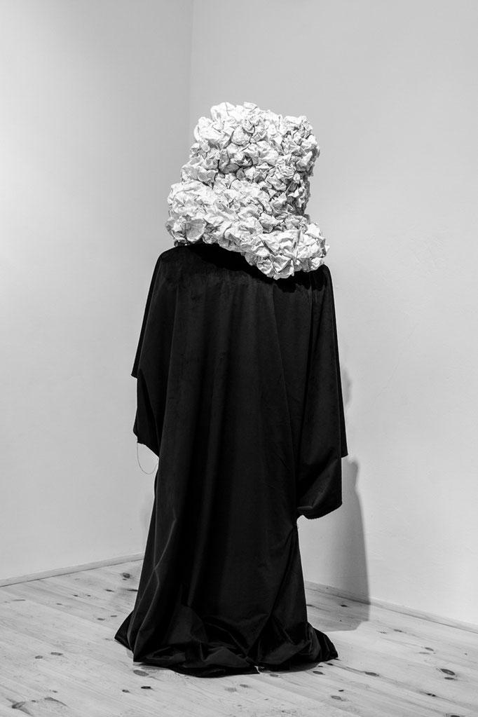 """Wortgewand 2017, 165cmx 45cmx32cm, Papier, Stoff, Drah,t Fotografin Stefanie Kohr"