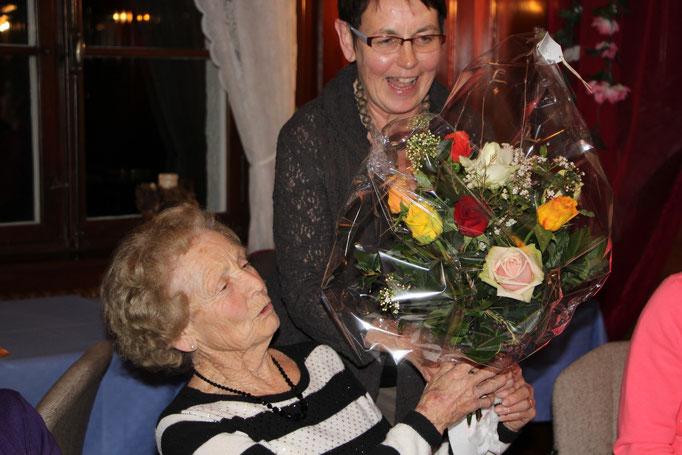 55 Jahre im Frauenchor, Gratulation an Hedy.