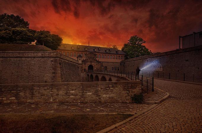 Himmlisch rotes Farbenspiel über dem Petersberg in Erfurt
