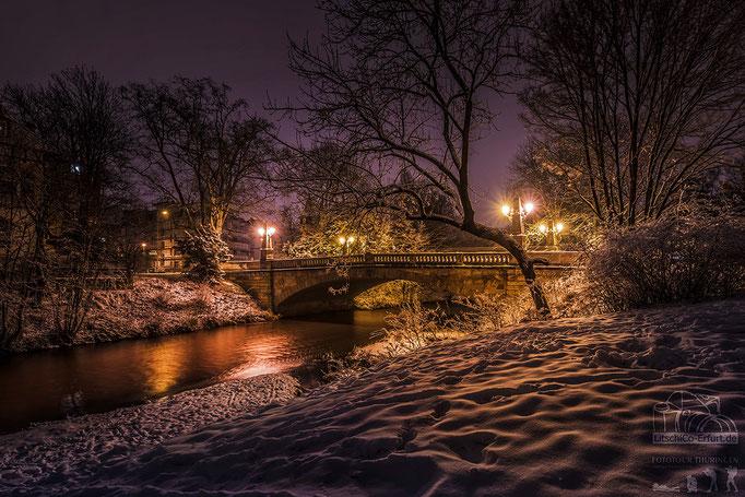 Schnee bedeckte Winterlandschaft an der Pförtchenbrücke in Erfurt