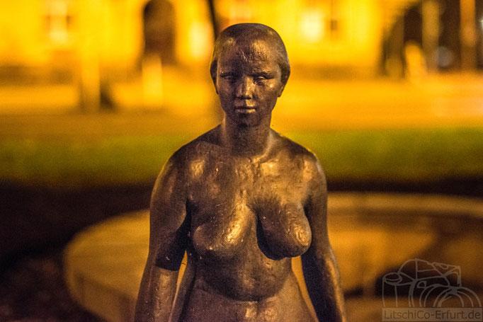 Nachtaufnahme, kleine Statue am  Karl Marx Platz in Erfurt