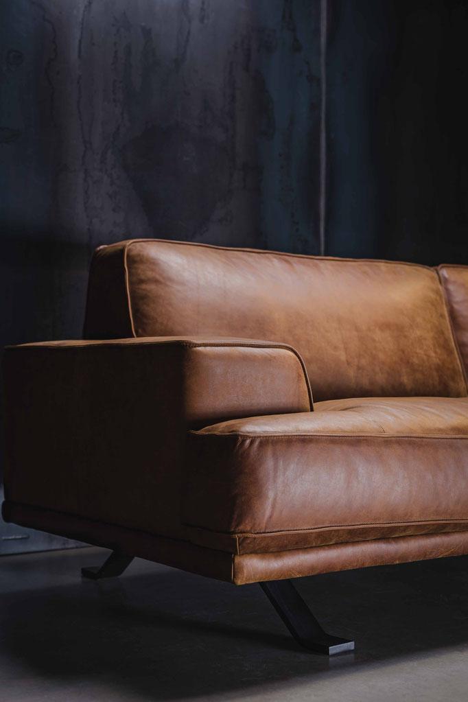 MÖBELLOFT Designer Sofa Maybach aus hochwertigem Leder im coolen Vintage Design