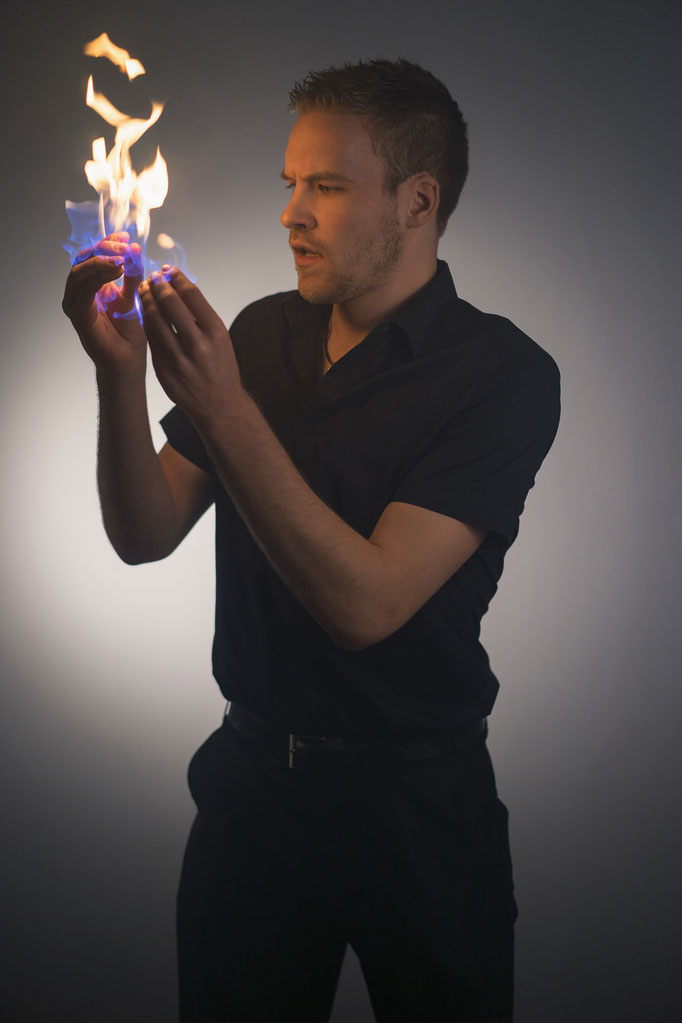 David Wedegärtner - der Paderborner Magier und Mentalist verwandelt Feuer zu Eis und kann Gedanken lesen