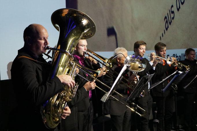 """PaderBrass - die achtköpfige Männertruppe haute bei """"Wahnsinn aus der Nachbarschaft"""" fetzige Blechblas-Livemusik raus."""