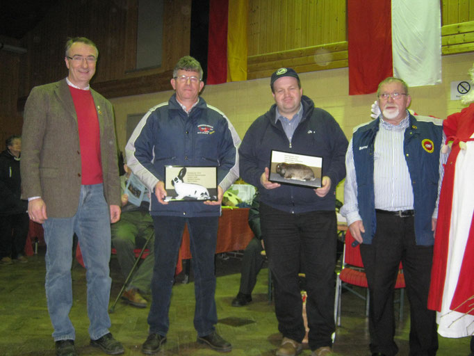 Übergabe von Ehrenpreisen an die Züchter Bernhard Dirkes und Jörn Meimbresse