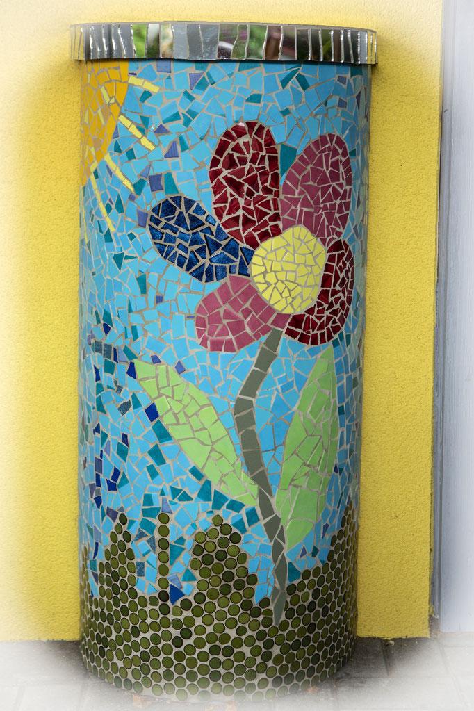 halbe Blumensäule (ehemaliger Futtertrog, beklebt mit Spiegelabdeckung)