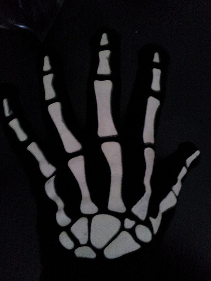 Skelett-Handschuhe, gestrickt, leuchten im Dunkeln, Fr. 3.-