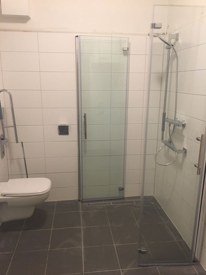 Faltbare Duschabtrennung als platzsparende Lösung in einem kleinen Badezimmer