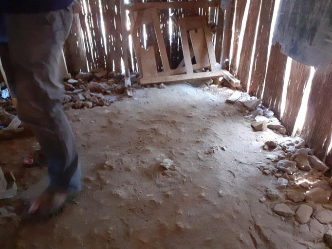 le sol en terre d'une salle de classe
