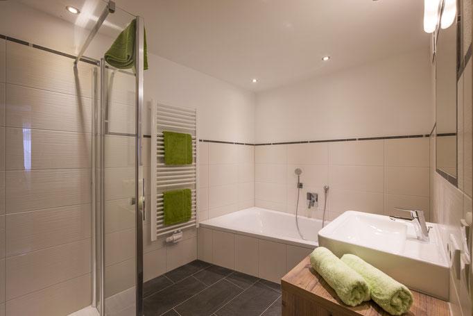 Badezimmer mit grosser Badewanne und Walkin Dusche mit Rundumdüsen