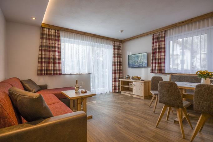 gemütliches Wohnzimmer mit grossem Flat LED Fernseher