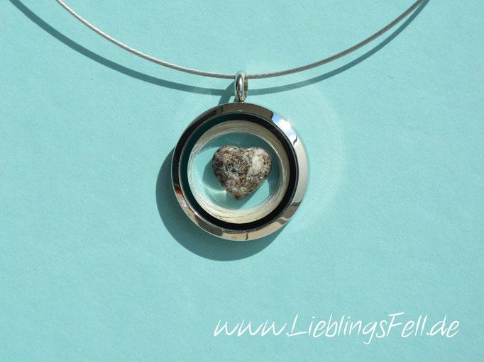 Edelstahl-Amulett (3 cm) mit Ascheherz mit glattem Rand und einem Edelstahlreif (die Kette ist frei wählbar, das Amulett ist auch mit glattem Rand möglich) - 69€ - (Bild K4)