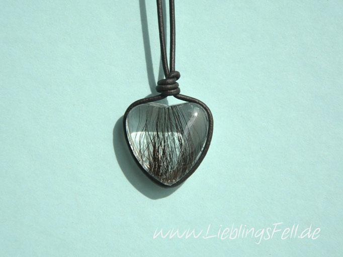 Herz aus Glas (2,5 cm) mit einem Lederband (auch in braun oder natur möglich) - 69€- (Bild K3)