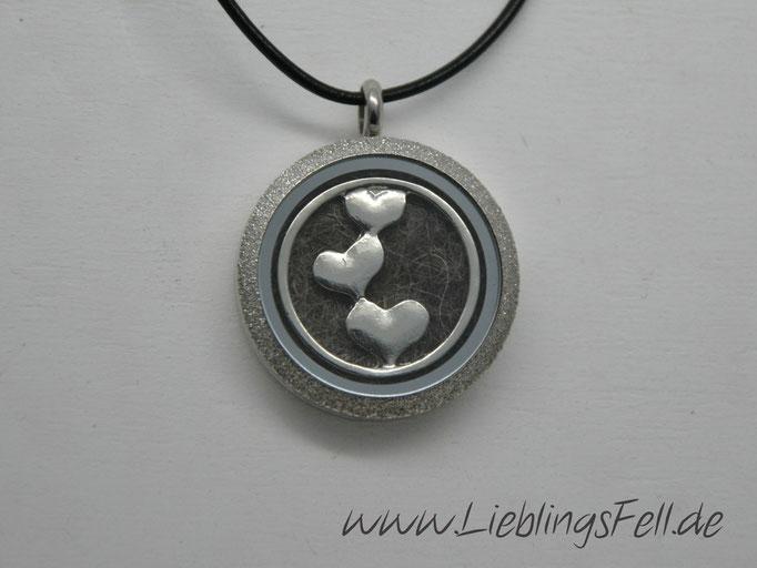 Edelstahl-Amulett (3 cm) mit diamantiertem Rand und schwarzer Lederkette (die Kette ist frei wählbar, das Amulett ist auch mit glattem Rand möglich) - 69€ - (Bild K22)