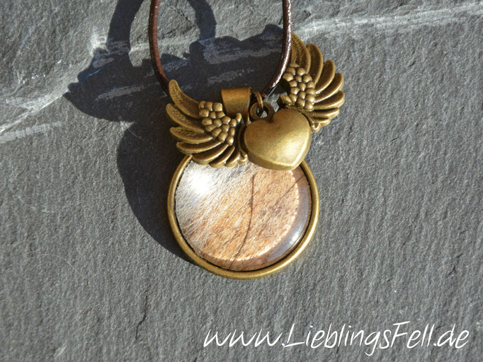 Großer bronzefarbener Anhänger (2,8 cm) mit geflügeltem Herz und brauner Lederkette (die Kette ist frei wählbar) - 45€ - (Bild K18)