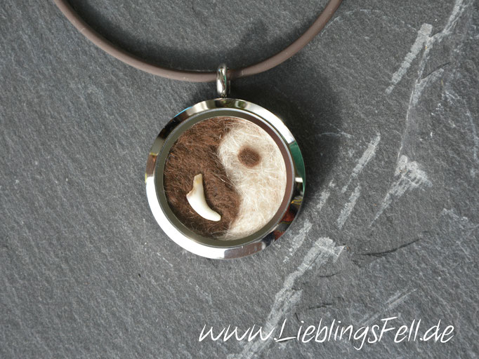 """Edelstahl-Amulett """"Yin Yang"""" (3 cm) mit glänzendem Rand mit brauner Kautschukkette (die Kette ist frei wählbar, das Amulett ist auch mit diamantiertem Rand möglich. Ichbenötige jeweils eine kleine Handvoll Unterwolle) - 79€ - (Bild K25)"""