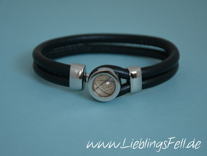 Schwarzes Doppel-Lederarmband mit Fassung (16mm) und Verschluß aus Edelstahl (auch mit braunem oder hellgrau/cremefarbenem Leder möglich. Es gibt 2 Größen: bis 16cm oder bis 18cm Handgelenksumfang) - 54€ - (Bild A1)