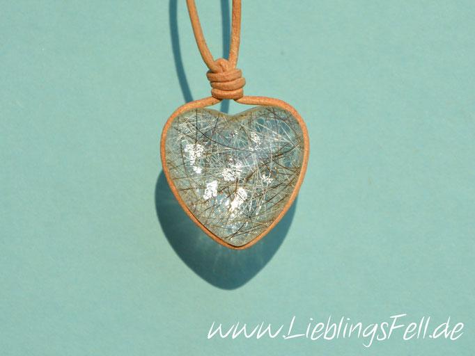 Herz aus Glas (2,5 cm) mit einem Lederband. Hier mit Schlagmetall beim Fell. (auch in braun oder schwarz möglich) - 69€ - (Bild K11)