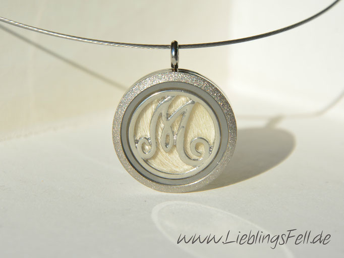 Edelstahl-Amulett (3 cm) mit diamantiertem Rand mit Edelstahlreif (die Kette ist frei wählbar, das Amulett ist auch mit glattem Rand möglich) - 69€ - (Bild K10)