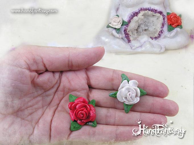 Detalle de las flores de las manos. Escultura Hada Libélula con Geoda de Cuarzo, Hada mamá Libélula, Figura de Hada