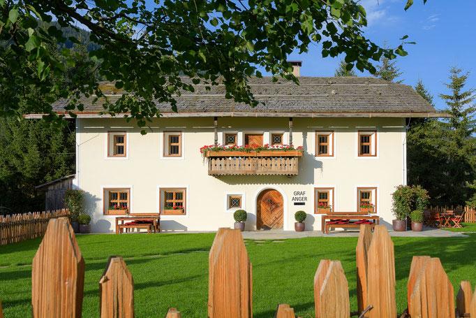 Graf Anger - mit Wiese - Südtirol traditionelle Architektur - Tourismus und Hotel
