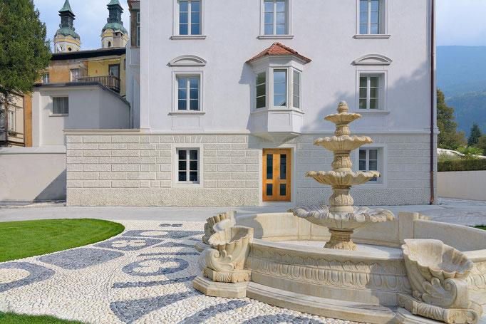 Domus Gebäude mit Wasserbrunnen Brixen Architektur