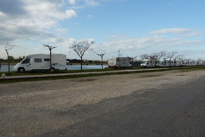 Port Saint Louis du Rhône...Interdit depuis Mai 2012..Dommage!.Mais une Aire avec services est en face... (2/2)