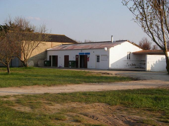 """Aire de """"Le moulin"""" St Denis d'Oléron 17650 -  sanitaires de l'ancien camping (2/2)"""