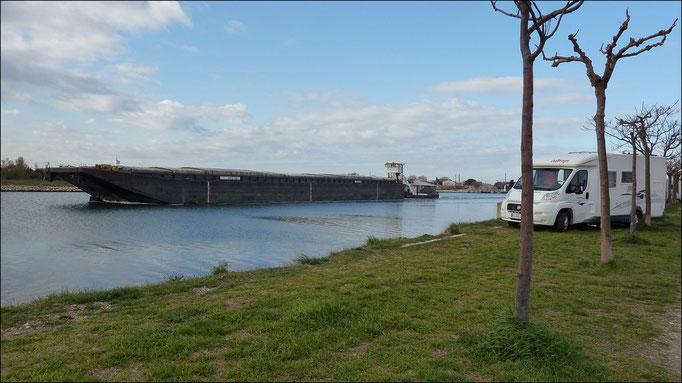 Port Saint Louis du Rhône...Interdit depuis Mai 2012...Mais une Aire avec services est en face... (1/2)