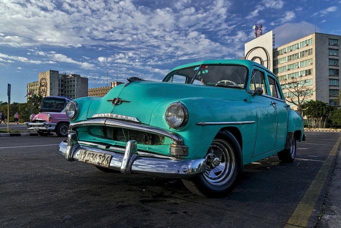 Plymouth-Oldtimer in Havanna auf dem Platz der Revolution