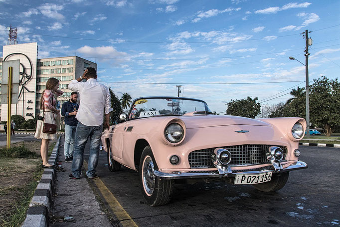 Oldtimer am Platz der Revolution in Havanna