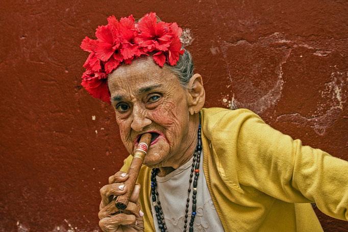 Model mit Kuba-Zigarre
