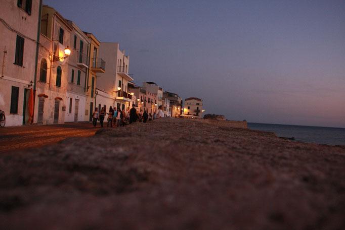 海に陽が沈む夕暮れ
