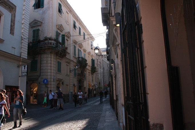かつては城塞都市だったアルゲーロ、現在は店が軒を連ねる観光都市