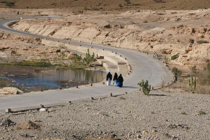 Frauen überqueren den Oued