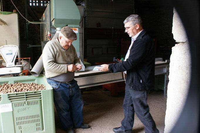 Alois beim Oelkauf vor der Sortiermaschine