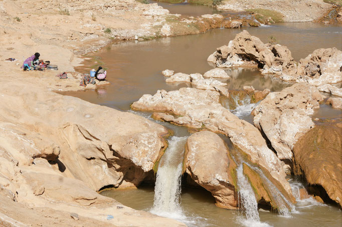 Der kleine Wasserfall mit sehr salzhaltigem Wasser