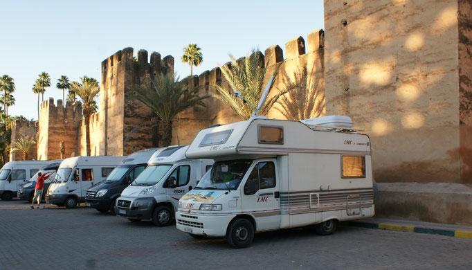 Bewachter Stellplatz direkt an der Medinamauer. Leider ohne Strom